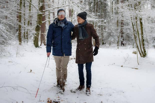 Viktor (Sebastian Fischer, r.) übt mit Paul (Sandro Kirtzel, l.) den Umgang mit dem Blindenstock. Zu sehen ist die Szene in Folge 2899 am 12. April