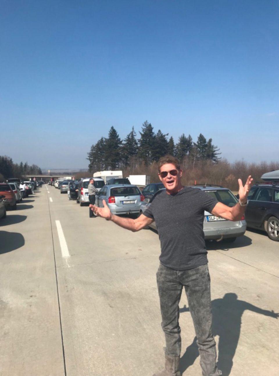 """25. März 2018  Star-Power auf der deutschen Autobahn: Während eines Staus blockiertDavid Hasselhoff die Rettungsgasse auf der verzweifelten Suche nach seinem treuen """"Knight Rider""""-Weggefährten KITT."""