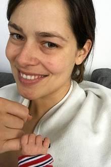In ihrem neuen Lebensabschnitt als Mama geht es Ana Ivanovic entspannt an und zeigt sich auf Instagram ungeschminkt mit ein paar Hautrötungen und dennoch wunderschön. Das Mutter-Glück lässt sie strahlen.