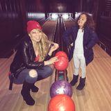 Mariah und Söhnchen Moroccan haben beim Bowlen sichtlich Spaß.