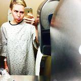 Ganz und gar nicht glücklich sieht Miley Cyrus auf ihrem Selfie aus: Die Skandalnudel knipst das Foto im Krankenhaus - kurz vor ihrer Operation am Handgelenk.