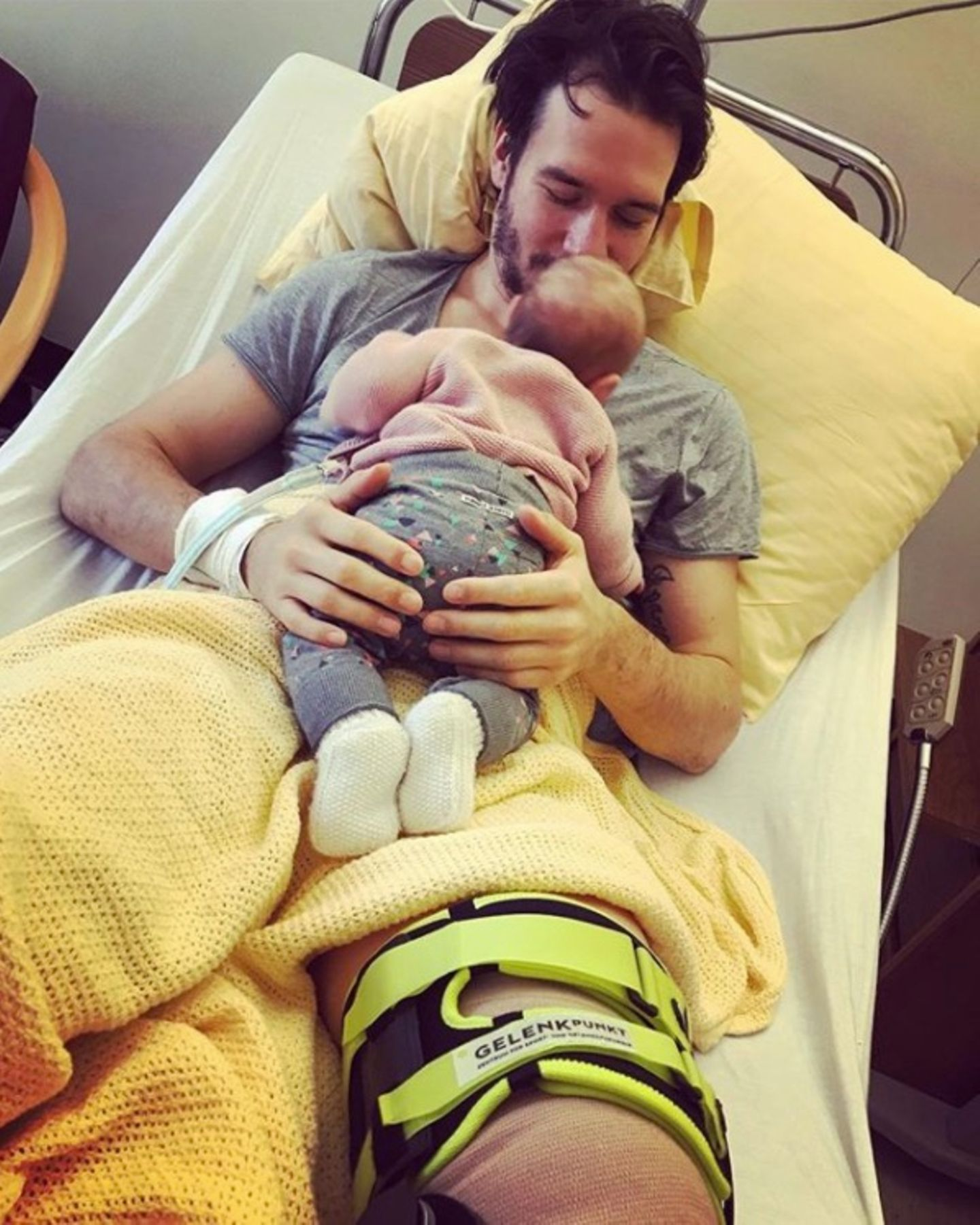 Skirennläufer Felix Neureuther muss wegen einer OP am Kreuzband ins Krankenbett. Töchterchen Matilda sorgt für den nötigen, süßen Trost.