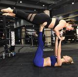 Ganz schön kräftig scheint Karlie Kloss zu sein. Locker flockig hält sie ihre Model Freundin Ashley Graham mit ihren Beinen.