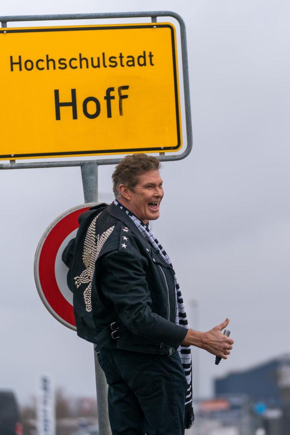 """28. März 2018   Für verrückte Aktionen ist er immer zu haben: Baywatch-Star David Hasselhoff benannte kurzerhand bei seinem Besuch in der Carmen Nebel-Show die Stadt Hof in """"Hoff"""" um."""