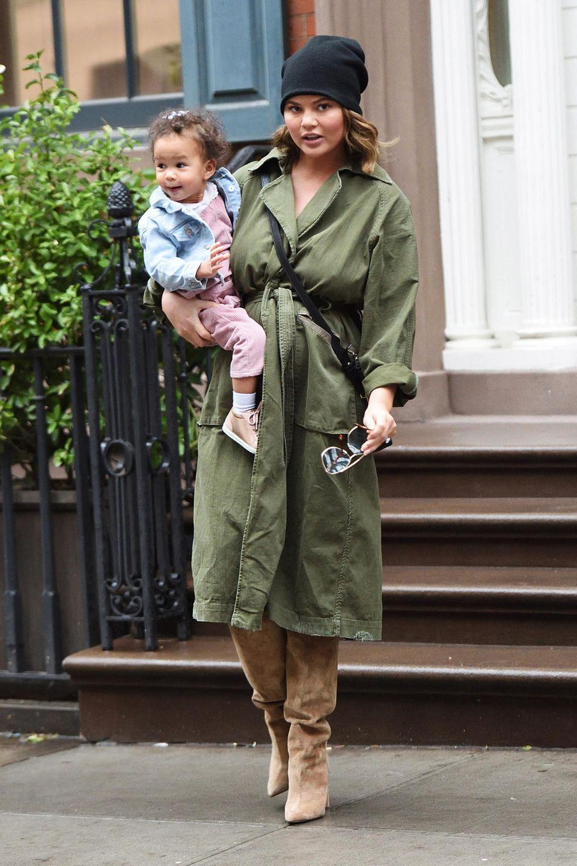 Im khakifarbenen Mantel und schwarzer Mütze sieht Chrissy auch mit der süßen Luna auf dem Arm mühelos lässig aus.