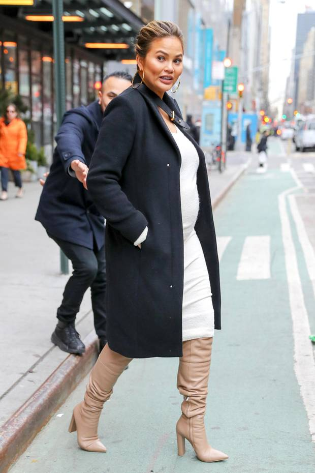 Lange kann es wirklich nicht mehr dauern, bis das zweite Kind von Chrissy Teigen und John Legend das Licht der Welt erblickt. Bis dahin verpackt die schöne Moderatorin ihren runden Babybauch wie gewohnt in stylische Outfits.