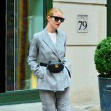 Bei Rosie Huntington-Whiteley sehen sogar Bauchtaschen stylisch aus. Diese von Chanel trägt sie zum karierten Anzug.