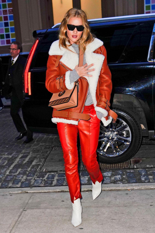 Auch wenn es in New York derzeit noch etwas kühl ist, bringt Rosie in roter Lederhose und orangeroter Winterjacke ordentlich Farbe auf die grauen Straßen.
