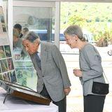 28. März 2018  In Yonaguni auf der Insel Okinawa angekommen, besichtigt das kaiserliche Pärchen eine Ausstellung von einheimischen Nachtfaltern.