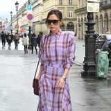 Pretty in Paris! Victoria Beckham genießt im fliederfarbenen Karo-Look den Frühling in der Modemetropole.