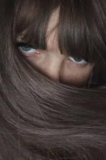 ... aber Entwarnung! Das Model hat sich nicht einer stundenlangen Färbeprozedur ausgesetzt, sondern trägt nur eine Perücke. Das geht zumindest aus ihren Markierungen im Foto hervor. Trotzdem: Der Look steht ihr!