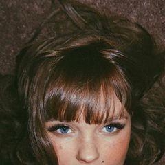 """Strange? Von wegen! Bonnie Strange überrascht ihre Fans kurz vor der Geburt ihres ersten Kindes mit einer neuen Haarfarbe. Und die scheint für das Model sogar recht """"normal"""" zu sein. Start Kreischfarbe trägt sie jetzt einen glänzenden Braunton, der ihre blauen Augen zum Strahlen bringt ..."""