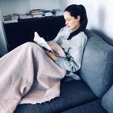 Sonntags lässt es Ana Ivanovic auch gerne mal ruhig angehen und liest entspannt auf dem Sofa eingekuschelt ein Buch.