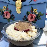 Eine leckere Bowl frühstückt Ana Ivanovic ganz besonders gerne. Uns ist aber natürlich nicht ihre hübsche Gucci-Handtasche im Hintergrund entgangen.