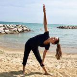 Yoga am Strand - da bekommen wir tatsächlich richtig Lust auf Sport! Ana Ivanovic schwört auf Yoga und treibt auch nach ihrem Karriere-Aus immer noch sehr viel Sport.