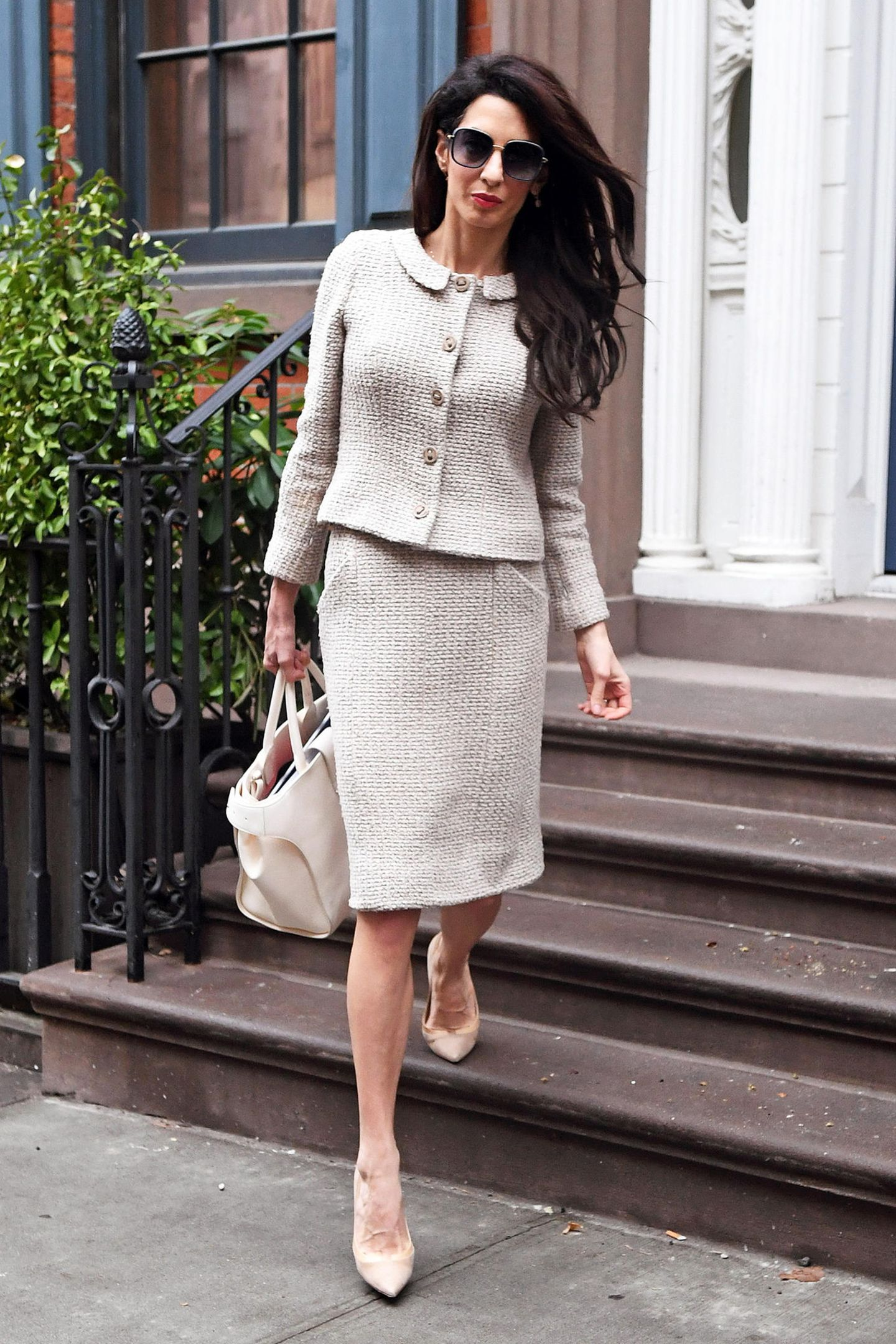Bieder? Nein, Vintage! Amal Clooney zeigt in diesem beigefarbenen Tweed-Ensemble mal wieder, dass Jackie O. eines ihrer großen Style-Vorbilder ist.