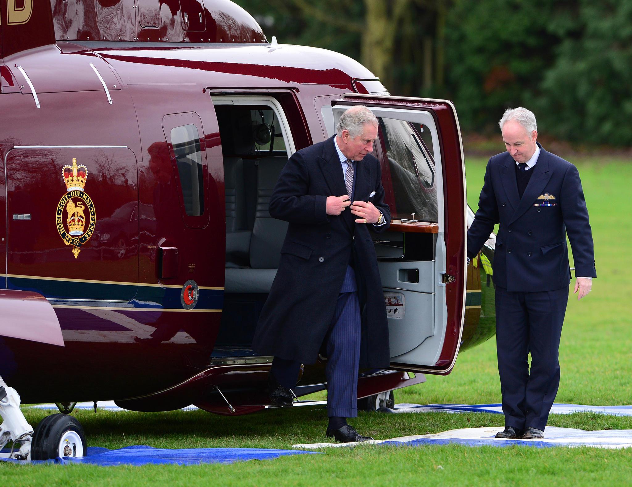 Bis zu 14 Angestellte begleiten Charles auf Reisen. Besonders gern nutzt er den royalen Helikopter als Verkehrsmittel