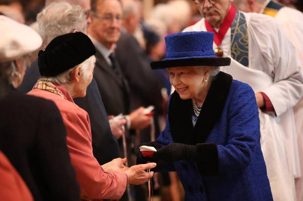 Die Queen verteilt eine kleine Spende an Bedürftige