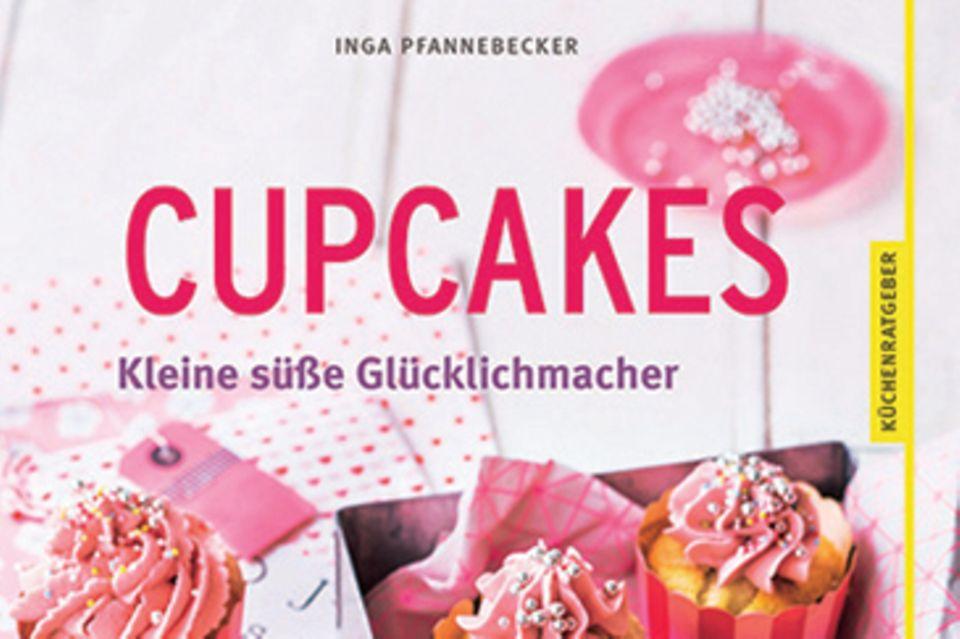 """Food-Journalistin Inga Pfannebecker verrät ihre liebsten Cupcake-Rezepte für alle Anlässe und Jahreszeiten. Dazu gibt es jede Menge Tipps, wie die Mini-Törtchen perfekt gelingen. (""""Cupcakes: Kleine süße Glücklichmacher"""", GU Verlag, 64 S., 8,99 Euro)"""