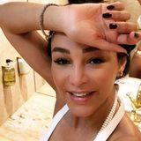 Mit einem Kussmund-Emoji teilt Verona Pooth diesen Schnappschuss mit ihren Fans auf Instagram. Neben dem Kussmund des TV-Stars fällt allerdings vor allem ihr Po ins Auge, der sich im Hintergrund spiegelt. Ob das wohl geplant war? Verstecken braucht Verona ihre knackige Rückseite auf alle Fälle nicht.