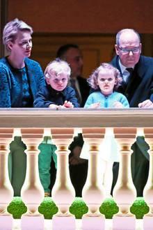 Gemeinsam mit ihren Zwillingen Prinz Jacques und Prinzessin Gabriella verfolgen Fürstin Charléne und Fürst Albert das Geschehen im Hof des Fürstenpalastes.