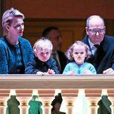 30. März 2018  Gemeinsam mit ihren Zwillingen Prinz Jacques und Prinzessin Gabriella verfolgen Fürstin Charléne und Fürst Albert das Geschehen im Hof des Fürstenpalastes.