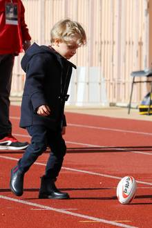 31. März 2018  Der kleine Jacques hat offensichtlich ganz besonders großes Interesse am Rubgy. Der erste Wurf fiel zwar noch etwas zaghaft aus, doch bei so sportbegeisterten Eltern liegt das Talent sicher in den Genen.