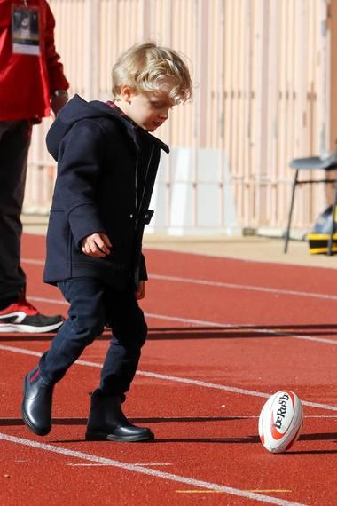 Der kleine Jacques hat offensichtlich ganz besonders großes Interesse am Rubgy. Der erste Wurf fiel zwar noch etwas zaghaft aus, doch bei so sportbegeisterten Eltern liegt das Talent sicher in den Genen.