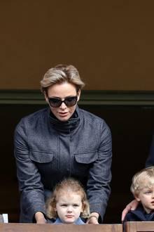 31. März 2018  Familienausflug zum International Rugby Turnier in Monaco. Nicht nur Fürst Albert zeigt sich begeistert, auch der kleine Jacques applaudiert wild und will den Ball gar nicht mehr loslassen. Sein Schwesterchen Gabriella beobachtet das Geschehen noch etwas schüchtern aus der Ferne und bleibt ganz nah bei Mama und Papa.