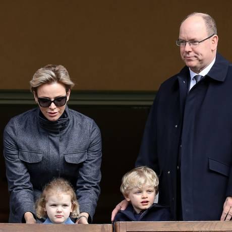 Familienausflug zum International Rugby Turnier in Monaco. Nicht nur Fürst Albert zeigt sich begeistert, auch der kleine Jacques applaudiert wild und will den Ball gar nicht mehr loslassen. Sein Schwesterchen Gabriella beobachtet das Geschehen noch etwas schüchtern aus der Ferne und bleibt ganz nah bei Mama und Papa.