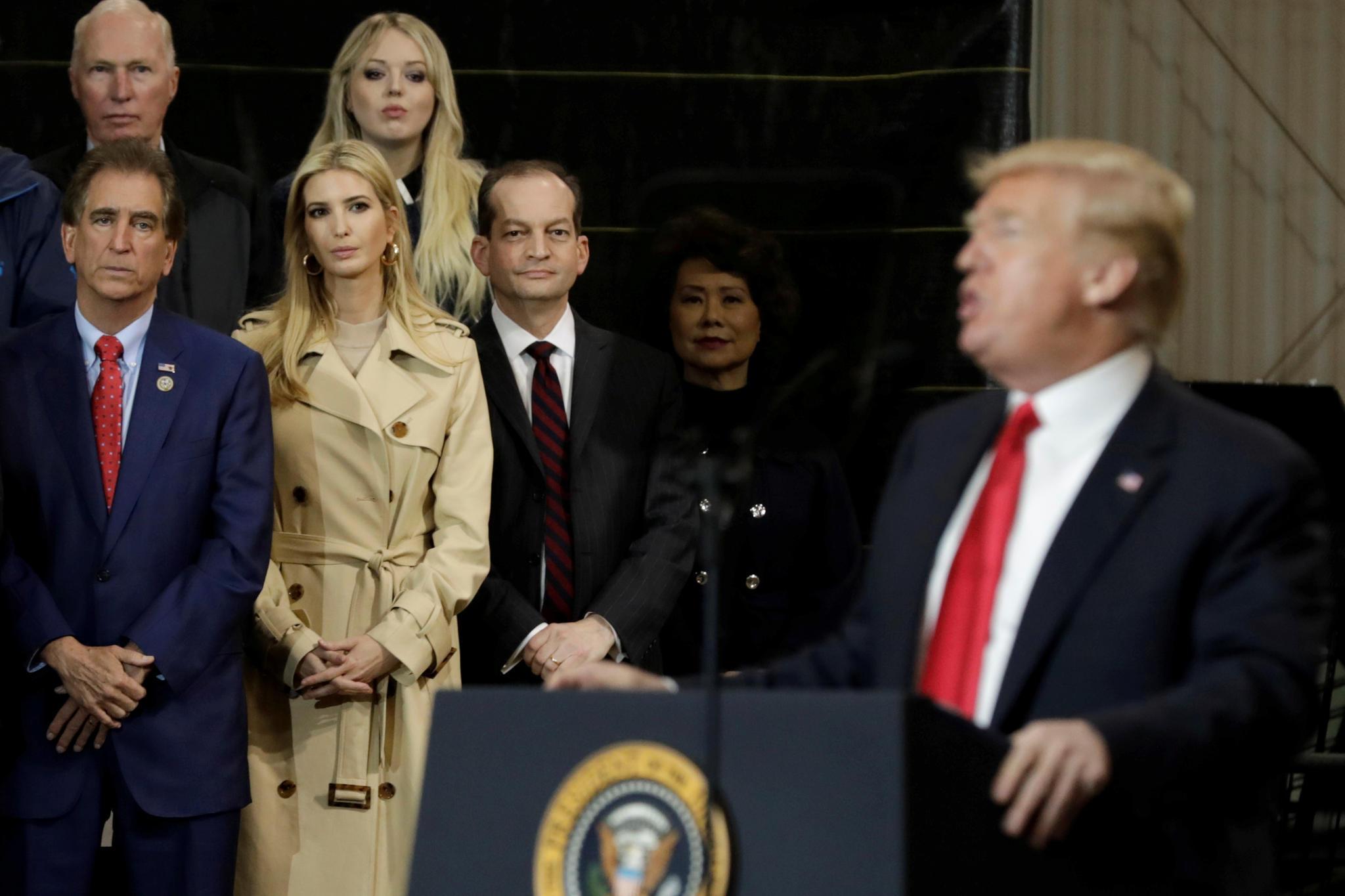 Vor seinen Töchtern Ivanka (vorne) und Tiffany hinten) hält Donald Trump am 29. März 2018 eine Redein Richfield, Ohio.