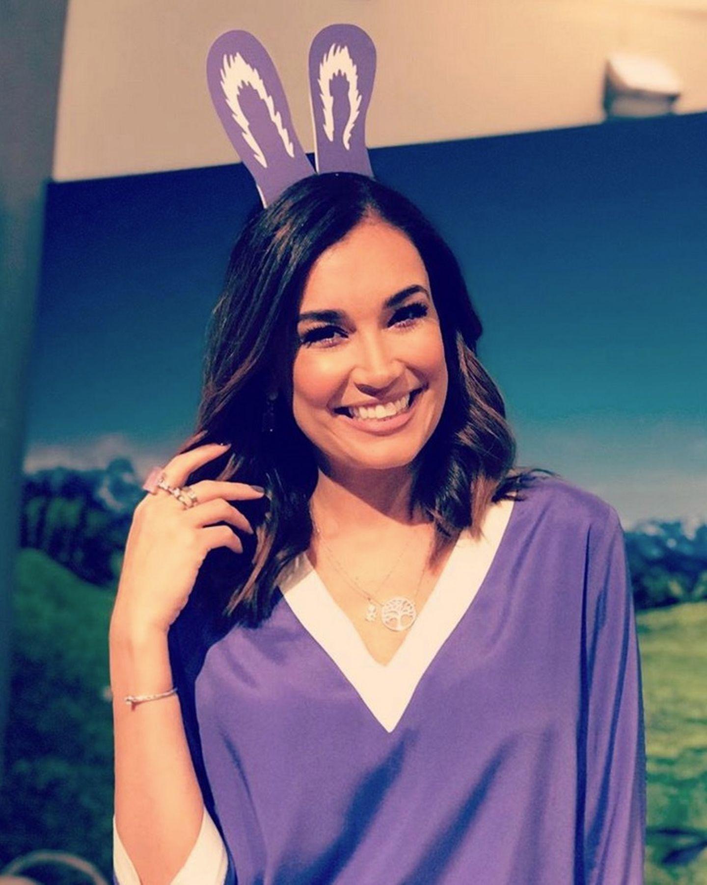 Jana Ina Zarella hat die Osterohren farblich zum Outfit abgestimmt.