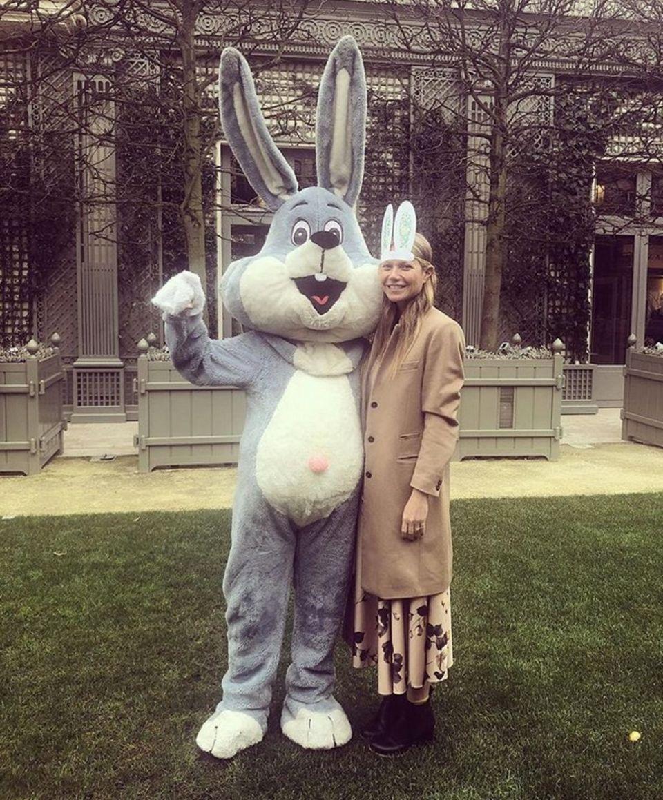 Frohe Ostergrüße sendet auch Hollywood-Star Gwyneth Paltrow. Die Blondine ist auf dem Bild mit einem süßen Plüschhasen zu sehen.