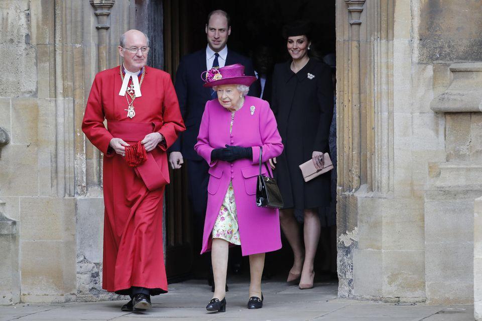 Die Queen mit ihrem Enkel Prinz William und dessen hochschwangerer Ehefrau Herzogin Catherine am 1. April vor der Kapelle auf Schloss Windsor