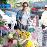 Alessandra Ambrosio beim Shoppen in einem Supermarkt in Los Angeles. Passend zum Frühlingsbeginn dürfen ein paar Blümchen nicht fehlen.