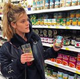 Vielleicht die Bohnen oder doch lieber den Mais? Nina Agdal kann sich zwischen den vielen Konserven nicht entscheiden.
