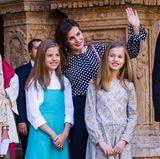 1. April 2018  Zur Ostermesse in der Kathedrale Santa Maria in Palma de Mallorca zeigen sich Königin Letizia und König Felipe endlich wieder mit ihren beiden Töchtern. Leonor und Sofía scheinen die Leidenschaft für Mode von ihrer stets perfekt gekleideten Mama geerbt zu haben. Mit ihrem eleganten und überraschend erwachsenen Look übertrumpft die jüngere Sofía ihre Schwester sogar.