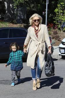 4. März 2018  Stylisch wie immer ist Gwen Stefani mit Söhnchen Apollo mal wieder auf dem Weg in die Kirche. Der kleine Apollo trägt die Harre lässig nach hinten gegelt.