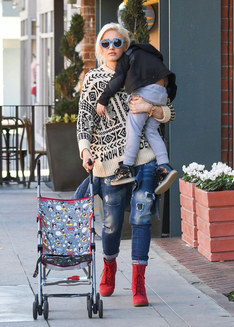 20. Februar 2018  Na, hat da einer keine Lust mehr zu laufen? Der kleine Apollo lässt sich von Mama Gwen Stefani durch Los Angeles tragen.