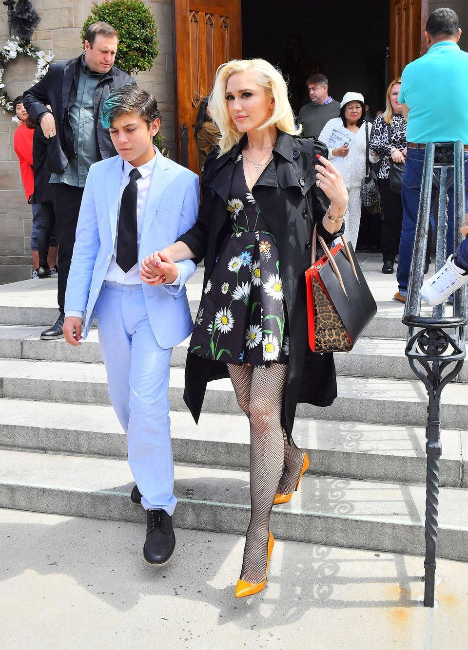 1. April 2018  Gwen Stefani ist natürlich auch an Ostern mit den Söhnen und Freund Blake Shelton in der Kirche. Stylisch wie immer präsentiert sich die Sängerin in gelben Pumps zu einem Blumenkleid.