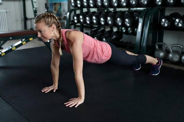 "In der Position des Plank"" verharren. Stärkt den ganzen Körper"