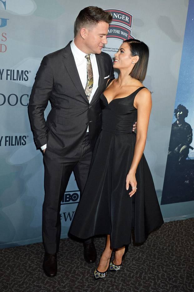 """Ganz verliebt sieht Channing Tatum seine Jenna im schwarzen Kleid von Christian Siriano an, das perfekt zu seinem Anzug passt. So zeigten sich die beiden noch bei der Premiere von """"War-Dog"""" im November 2017."""