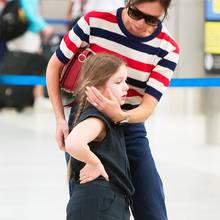Warum so traurig, süße Harper? Mama Victoria Beckham im maritimen Streifen-Look tröstet ihre 6-Jährige am Flughafen von Miami. Vielleicht hat ihr dieReise von London nach Florida etwas zu schaffen gemacht?