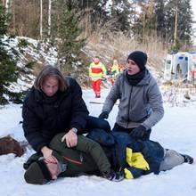 Fabien (Lukas Schmidt, r.) hofft innständig, dass Michael (Erich Altenkopf, l.) Nils (Florian Stadler, liegend) retten kann