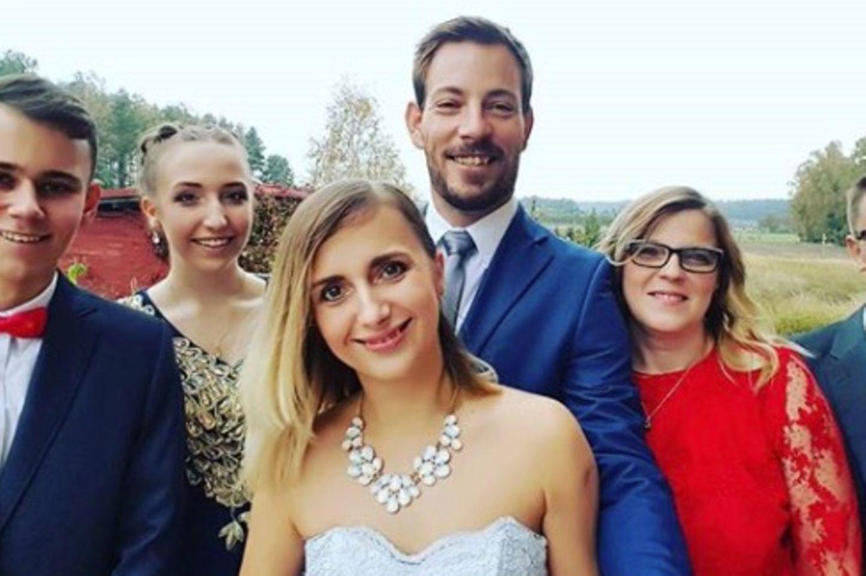 Als Gäste einer Hochzeit schmeißen sich Anna und Gerald in 2017 erstmals in eine Wedding-Robe.