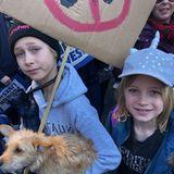 """24. März 2018  Stolz postet Schauspieler Liev Schreiber ein Foto seiner Kids: Gemeinsam nehmen sie am """"March for Our Lives"""" teil, einer Demonstrationfür wirksame Maßnahmen zur Kontrolle von Schusswaffen in privaten Händen."""