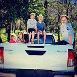 25. Februar 2018  Auf ins Abenteuer! Liev Schreibers Kids Samuel und Alexander und ihre Gang sind bereit für eine wilde Fahrt.