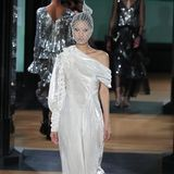 Nun gut, dieses Kleid wird es höchstwahrscheinlich nicht. Da das Label Erdem jedoch auch immer wieder als Option genannt wird, wollen wir Ihnen dieses weiße Design aus der letzten Kollektion nicht vorenthalten. Ohne Kopfschleier und etwas mehr Stoff könnte es allerdings auch als Brautkleid durchgehen.