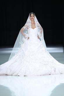 Auf den offiziellen Verlobungsfotos trägt Meghan Markle eine Robe von Ralph & Russo. Seither wird das Label als Favorit für ihr Brautkleid gehandelt. Bei der Runway-Show im Januar 2018 zeigt die Marke daraufhin diesen pompösen Traum in Weiß. Ob Meghan tatsächlich auf so einen prunkvollen Entwurf setzen wird?