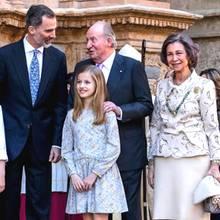 König Felipe und sein Vater sprechen nach dem Gottesdienst. König Juan Carlos soll seinen Sohn gebeten haben, den Vorfall anzusprechen.